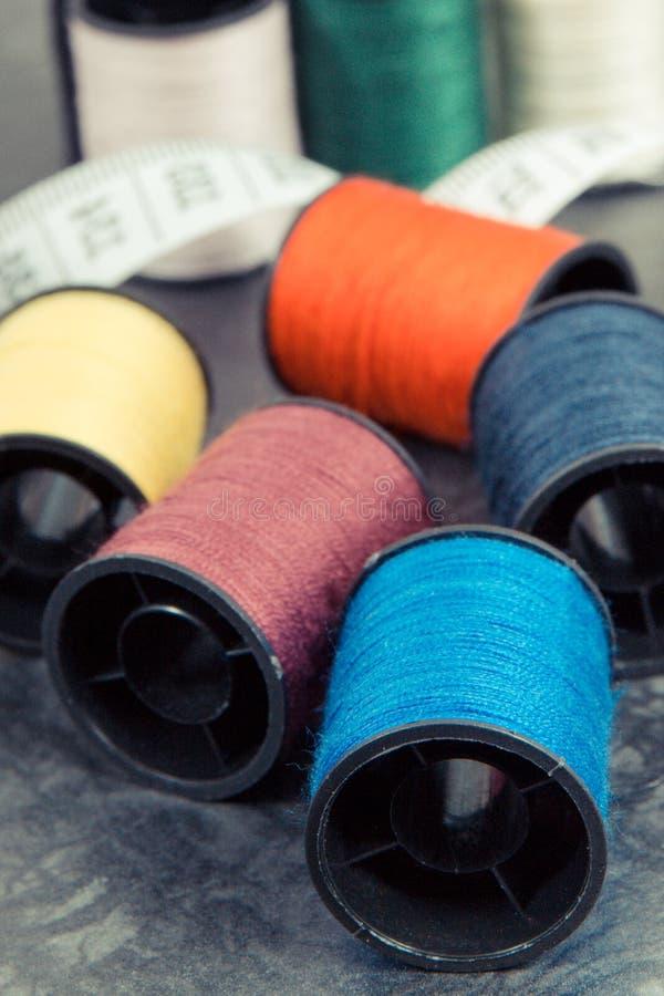 Bobines de fil et de ruban métrique employant pour la broderie et la couture photo stock
