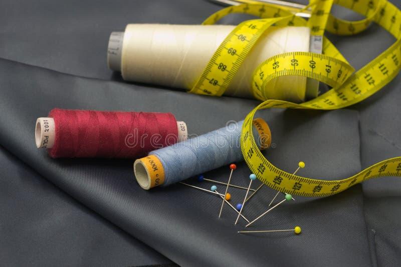 Bobines de fil, Pin et bande de mesure jaune. images libres de droits