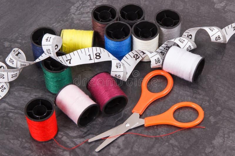 Bobines de fil, de ruban métrique et de ciseaux Accessoires pour la couture photo libre de droits