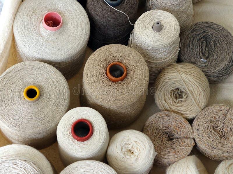 Bobines des fibres naturelles, Milan photos libres de droits