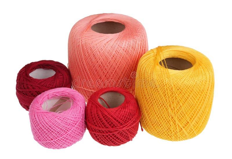 Bobines des fils multicolores de coton pour la couture d'isolement image stock