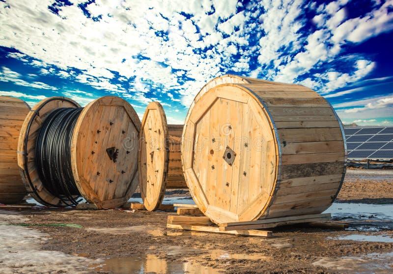 Bobines en bois avec un câble à haute tension pour les sections de jointure des panneaux solaires photo stock