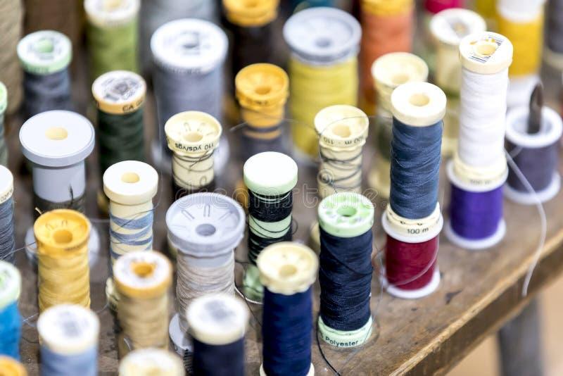 Bobines et fil colorés de coton dans un sho traditionnel de tailleurs photographie stock