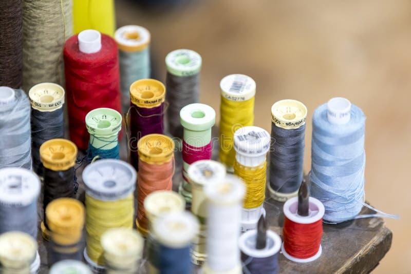 Bobines et fil colorés de coton dans un sho traditionnel de tailleurs images libres de droits