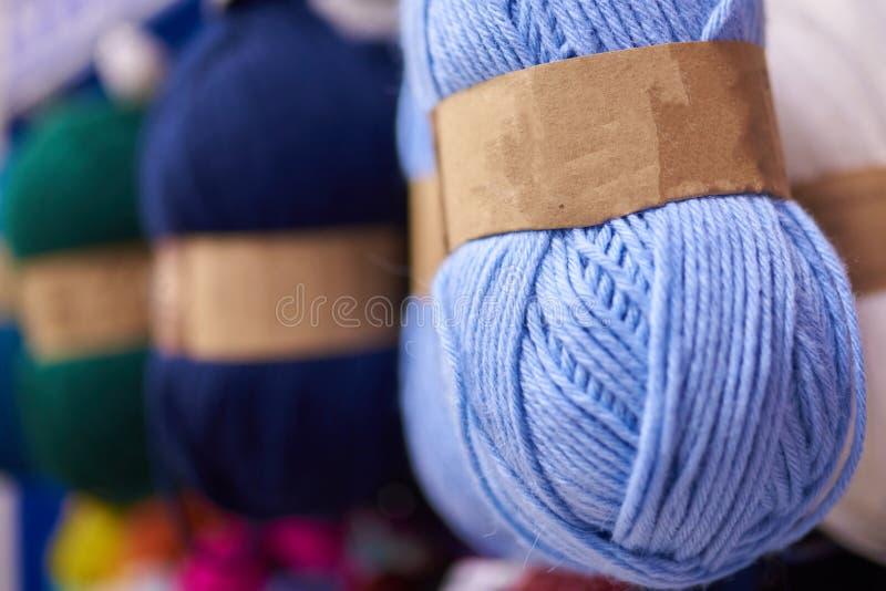 Bobiny woolen nici dla dziać różnych kolory, selekcyjna ostrość obraz stock