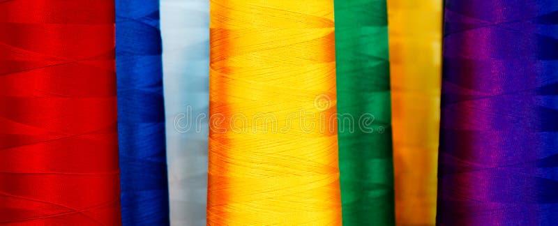 Bobiny z multicolor nicią dla przemysłowych tekstylnych maszyn Multicolor tło fotografia royalty free