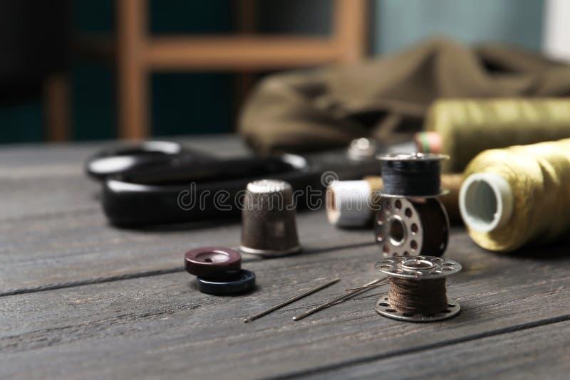 Bobiny z niciami na stole zdjęcie stock