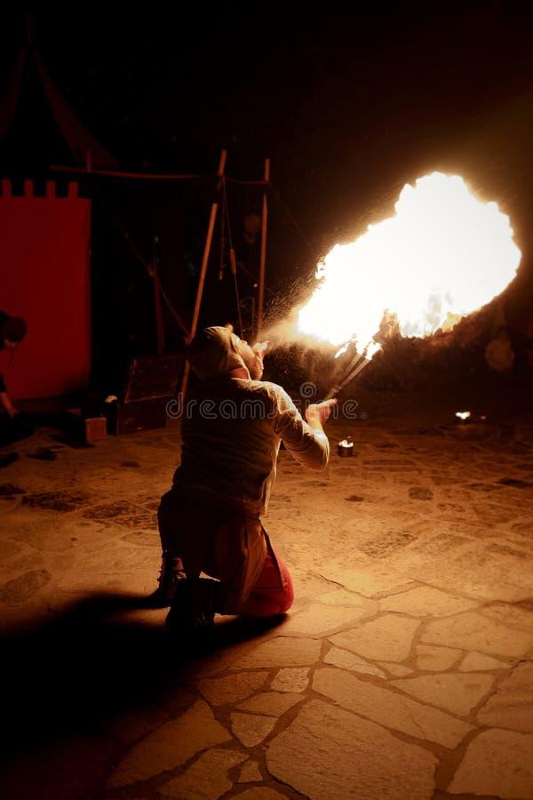 Bobo da corte que come o fogo em uma mostra medieval imagens de stock