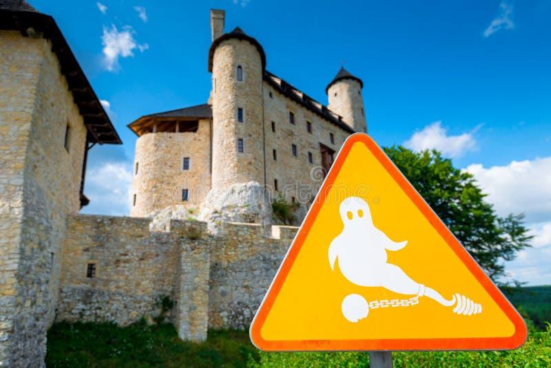 Bobolice, Polonia - 13 de agosto de 2017: primer de una muestra del fantasma cerca del castillo hermoso de Bobolice contra el cie imágenes de archivo libres de regalías