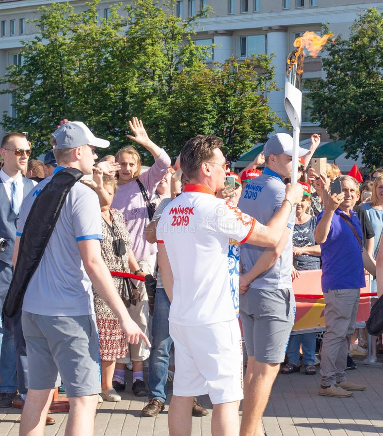 Bobruisk白俄罗斯06 03 2019年:在2019年一个人传送与奥林匹克圣火的一个火炬在欧洲比赛 库存照片