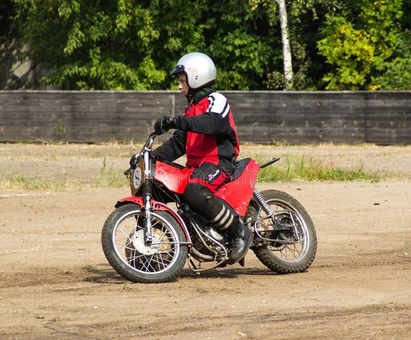 BOBRUISK,白俄罗斯- 2018年9月8日:Motoball,年轻人演奏在motoball的摩托车,竞争 库存图片
