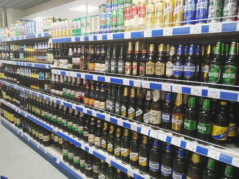 Bobruisk Belarus 28 08 2019: Verkoop van bier in een grote winkel in de stad, supermarkt royalty-vrije stock foto's