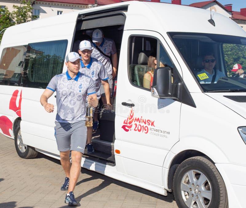 Bobruisk Bielorrusia 06 03 2019: Los atletas de sexo masculino llevan los juegos europeos 2019 de la llama olímpica fotos de archivo