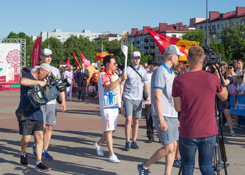 Bobruisk Bielorrusia 06 03 2019: Un hombre lleva una antorcha con la llama olímpica en los juegos europeos en 2019 fotos de archivo libres de regalías