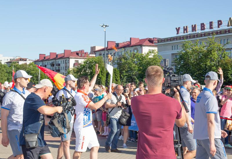 Bobruisk Bielorussia 06 03 2019: Un uomo porta una torcia con la fiamma olimpica ai giochi europei nel 2019 fotografia stock libera da diritti