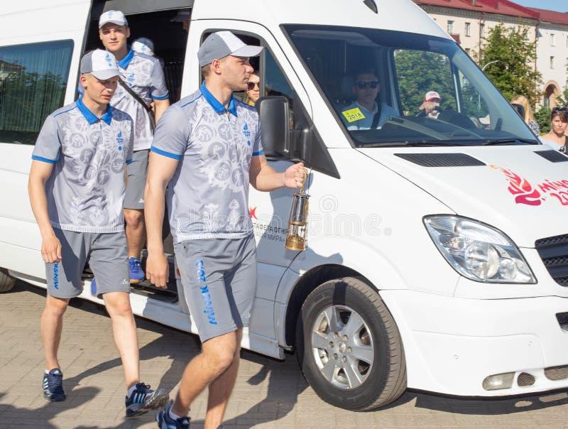 Bobruisk Vitryssland 06 03 2019: Manliga idrottsman nen bär europén för den olympiska flamman spelar 2019 arkivbild
