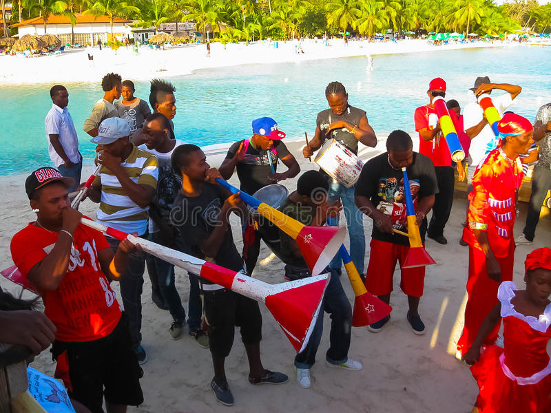 Boca Chica Dominikanska republiken - Februari 12, 2013: Invånarefolket firar karibisk karneval royaltyfri bild