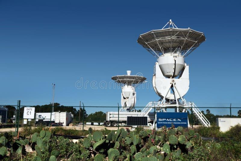 Boca Chica Village, Tejas/Estados Unidos - 20 de enero de 2019: Una antena de seguimiento de la estación instalada en el SpaceX T fotografía de archivo libre de regalías