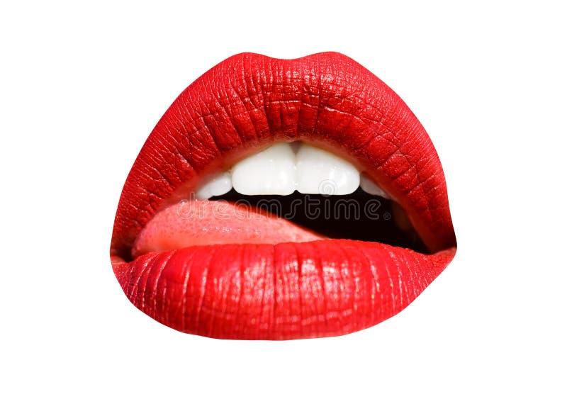 Boca com língua, lábios vermelhos e dentes brancos isolados sobre fundo branco Lábios, sorriso sexy e beijo Jovem foto de stock