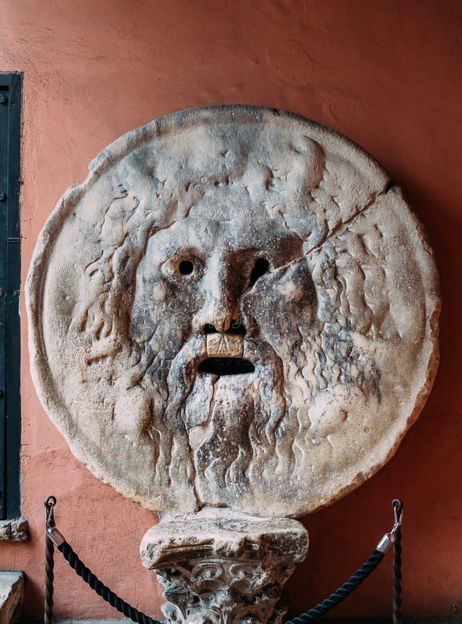 Boca da máscara do mármore de Verita do della de Bocca da verdade em Santa Maria na igreja da basílica de Cosmedin em Roma imagem de stock royalty free