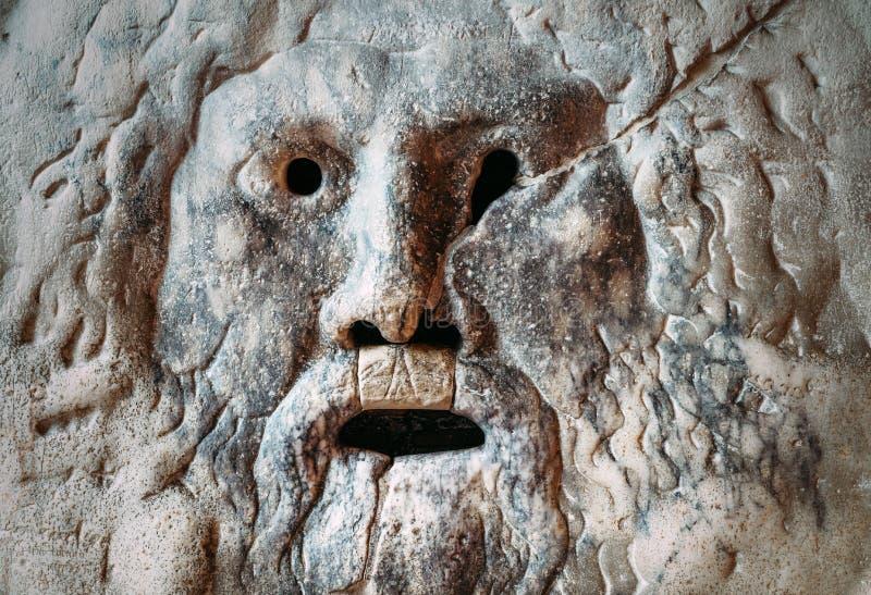 Boca da m?scara do m?rmore de Verita do della de Bocca da verdade em Santa Maria na igreja da bas?lica de Cosmedin em Roma imagens de stock