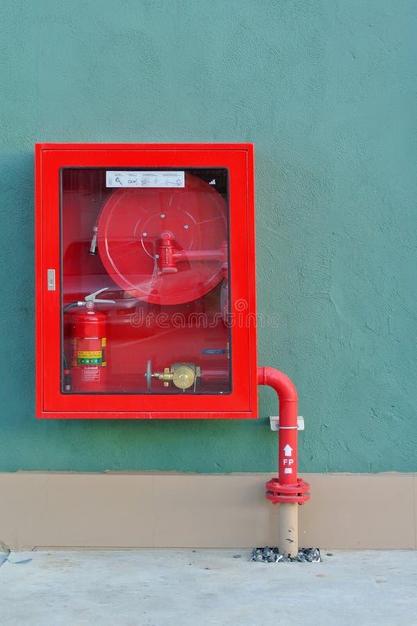 A boca de incêndio com mangueiras da água e o incêndio extinguem imagens de stock
