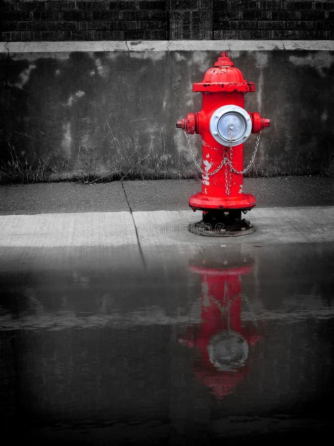 Boca de incêndio da água vermelha imagem de stock