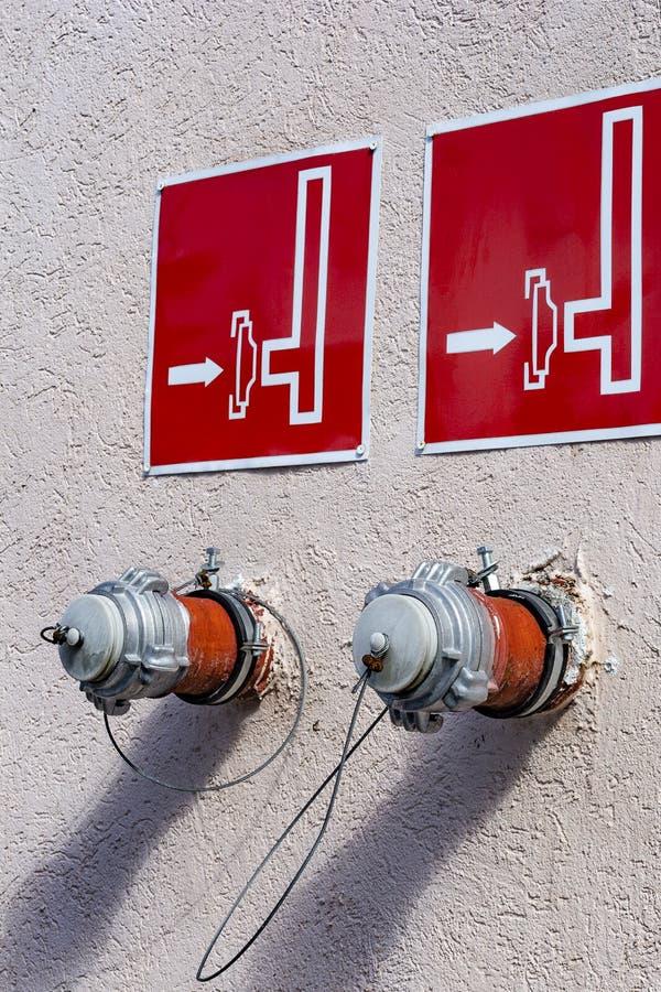 Boca de incêndio de fogo, conexão do departamento dos bombeiros, dois standpips no cimento foto de stock royalty free
