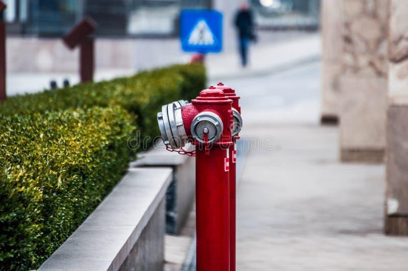 Boca de incêndio de fogo na rua imagens de stock royalty free
