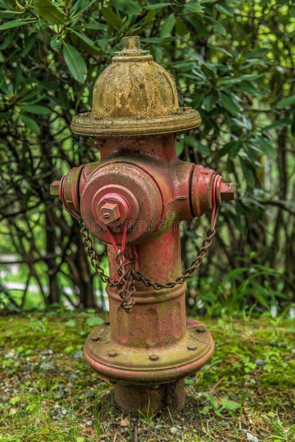 Boca de incêndio de fogo velha da borda da estrada rural imagem de stock