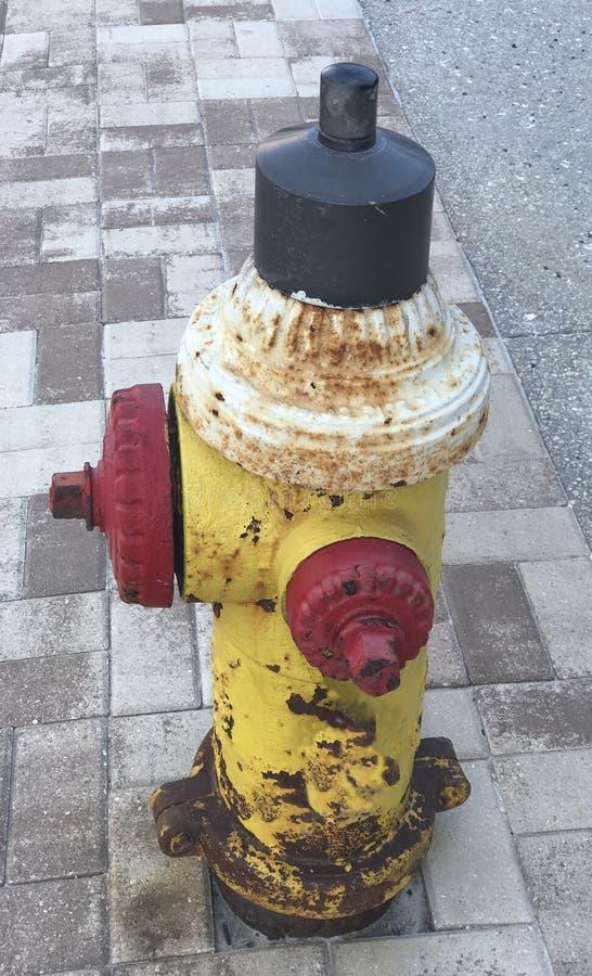 Boca de incêndio de fogo velha na rua Imagem da foto foto de stock