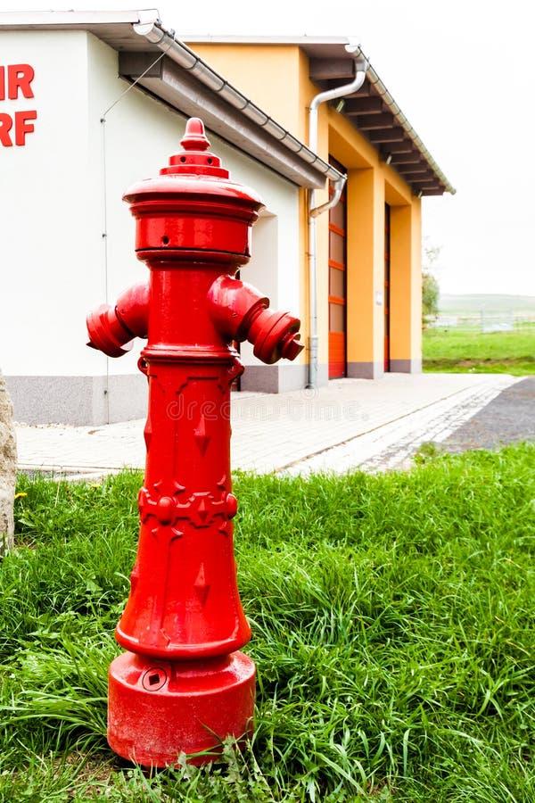 Boca de incêndio na frente de um quartel dos bombeiros imagem de stock royalty free
