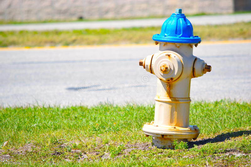 Boca de incendios del borde de la carretera fotografía de archivo libre de regalías