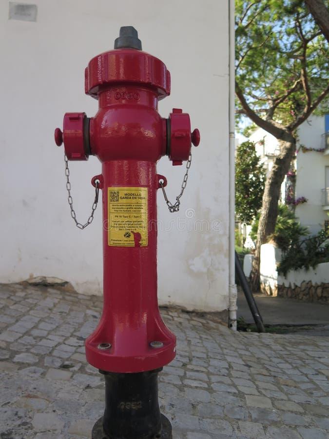 Boca de incendios roja en ciudad italiana foto de archivo