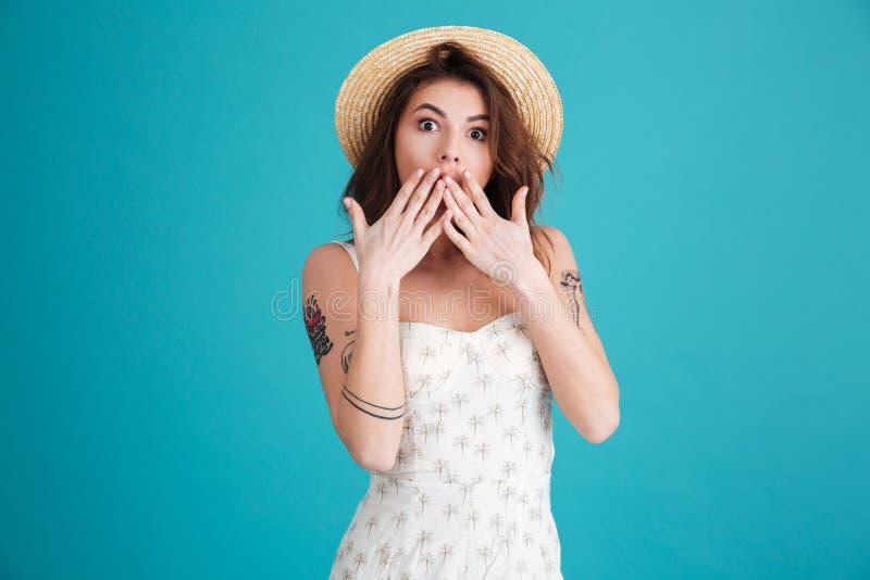 Boca de la cubierta de la muchacha del verano con las manos y mirada de la cámara foto de archivo
