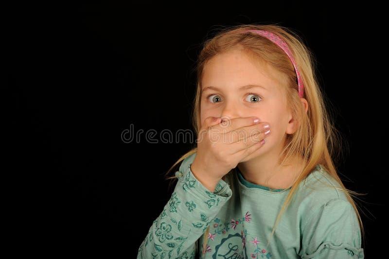 Boca de la cubierta de la muchacha en sorpresa foto de archivo libre de regalías