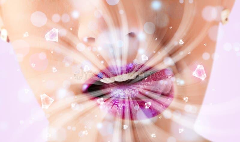 boca de la muchacha que respira luces blancas y cristales abstractos cerca para arriba imagenes de archivo
