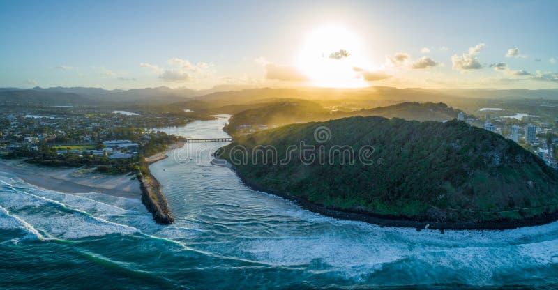Boca de rio de Tallebudgera e parque nacional da cabeça de Burleigh no por do sol imagem de stock royalty free
