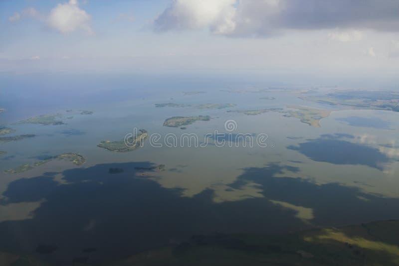Boca del río Myosha en la confluencia con el río Kama, visión desde el avión Kazan, Rusia fotografía de archivo libre de regalías
