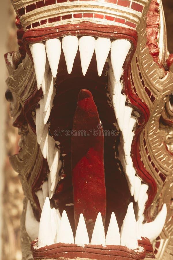 boca e dentes dos dragões no templo tailandês foto de stock