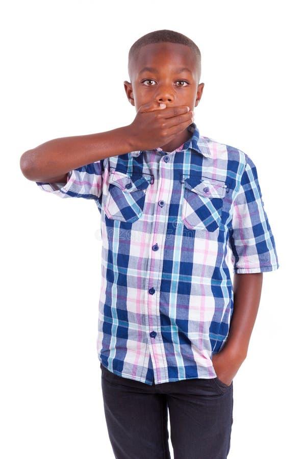Boca escondendo do menino afro-americano - pessoas negras imagens de stock royalty free