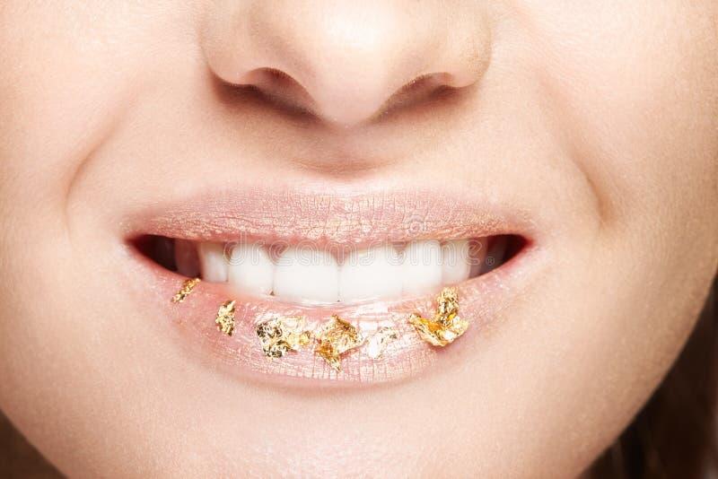 Boca femenina con las chispas en los labios Portrai macro de la belleza del primer imagen de archivo