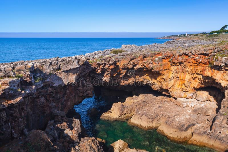 Boca hace el infierno - Cais Cais - Portugal Abismo de la boca del ` s del infierno, Cascais imagen de archivo libre de regalías