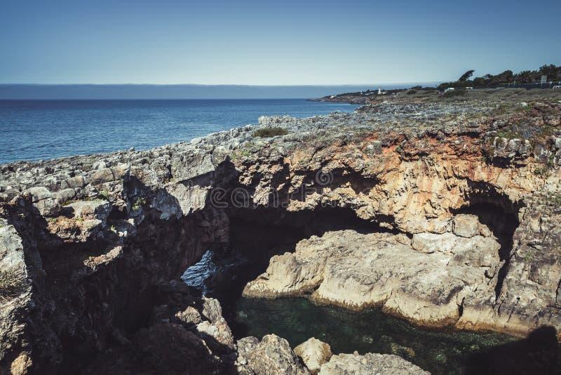 Boca hace el infierno - Cais Cais - Portugal Abismo de la boca del ` s del infierno, foto entonada fotos de archivo