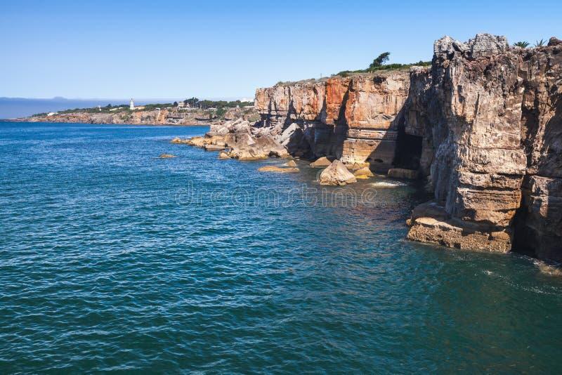 Boca hace el infierno - Cais Cais - Portugal Acantilados de la playa Cascais, Portugal imagen de archivo