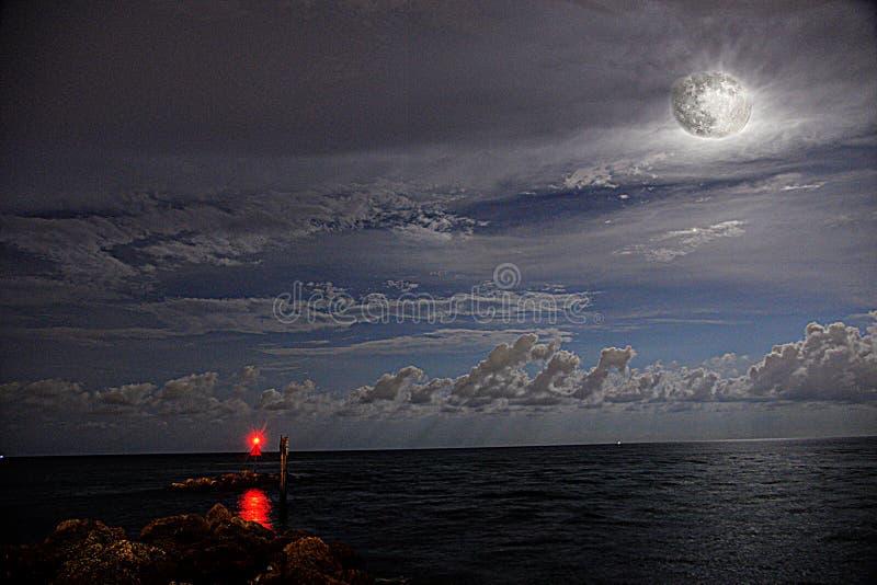 Boca Inlet ist ein schöner und unwiderstehlicher Standort mit den Meereswogen und dem Vollmond lizenzfreie stockfotos