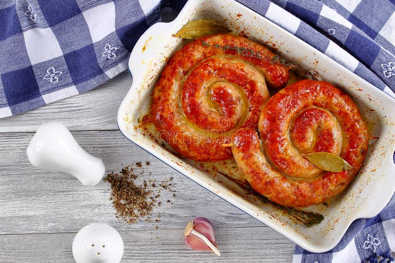 Boca que molha a bratwurst alemão no prato imagem de stock royalty free