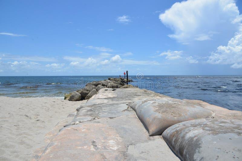 Boca Raton, Florida-Einlasssandsäcke stützen den Einlass von den starken Strömungen und von den Gezeiten ab stockfoto