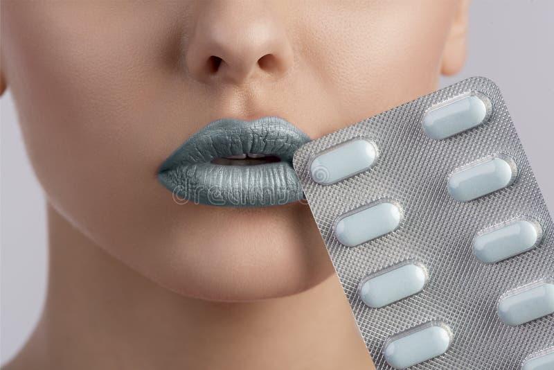 Boca 'sexy' da mulher com a bolha dos comprimidos imagem de stock