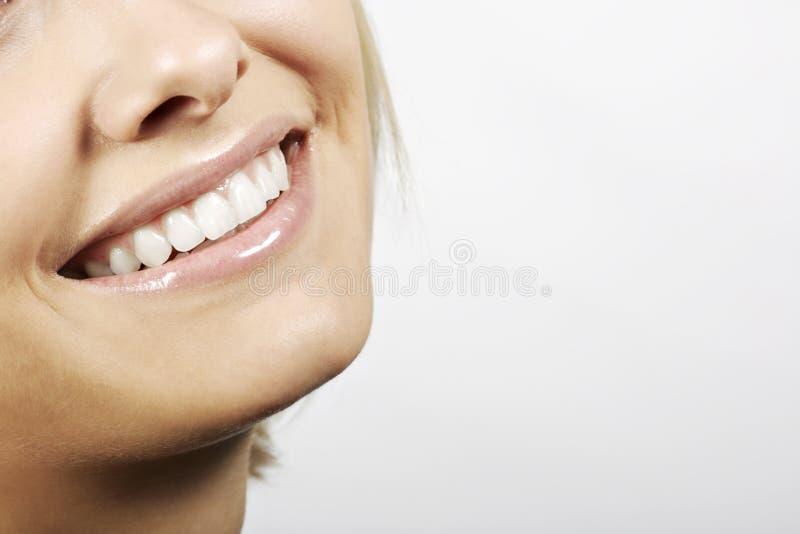 Boca sonriente de una mujer joven fotos de archivo libres de regalías